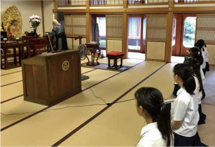 体験学習「地元における宗教研究」で訪れた宝泰寺(臨済宗妙心寺派の禅寺)で法話を聞く生徒達